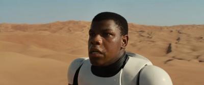 John Boyega als stormtrooper, vermoedelijk op Tatooine