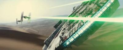 De Millennium Falcon (kijk naar de nieuwe antenne) in gevecht tegen TIE fighters